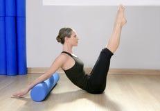 Sport blu della donna dei pilates del rullo della gomma piuma Immagini Stock Libere da Diritti