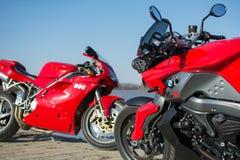 Sport BMW och Ducati motorcyklar som utomhus fotograferas Arkivfoton