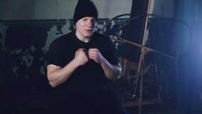 Sport, bodybuilding, livsstil och folkbegrepp - ung man som gör buk- övningar i idrottshall arkivfilmer