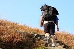 Sport che fa un'escursione in montagne Fotografia Stock