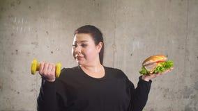 Sport con alimento non sano combinazione di vita attiva con alimenti a rapida preparazione stock footage