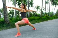 sport Corridore della donna di forma fisica che allunga prima del funzionamento Esercitazione, Immagini Stock Libere da Diritti