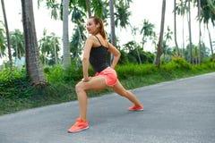 sport Corridore della donna di forma fisica che allunga prima del funzionamento Esercitazione, Fotografia Stock Libera da Diritti