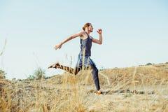 Sport courant Sprinter de turbine d'homme extérieur en nature scénique Traînée masculine musculaire convenable de formation d'ath Image stock