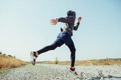 Sport courant Sprinter de turbine d'homme extérieur en nature scénique Traînée masculine musculaire convenable de formation d'ath Photos libres de droits