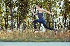 Sport courant Sprinter de turbine d'homme extérieur en nature scénique Traînée masculine musculaire convenable de formation d'ath Photos stock