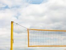Sport d'été de volleyball Filet sur une plage sablonneuse Images stock