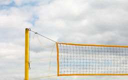Sport d'été de volleyball Filet sur une plage sablonneuse photos stock