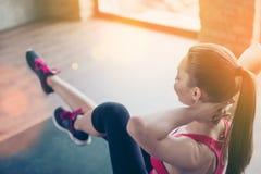 Sport d'amour Fermez-vous vers le haut de la photo de la formation de fille sur le tapis vert dedans Photographie stock