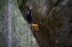 Sport d'hiver extérieur Grimpeur de roche montant une falaise provocante S'élever extrême de sport photos libres de droits