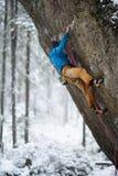 Sport d'hiver extérieur Grimpeur de roche montant une falaise provocante S'élever extrême de sport image stock