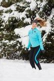 Sport d'hiver, fille sautant dans la neige images stock