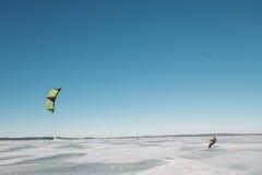 Sport d'hiver : ski et cerf-volant Images stock