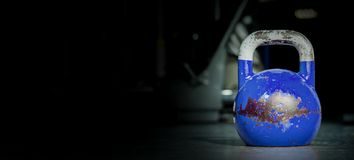 Sport de cloche de bouilloire, vieux poids utilisé lourd de kettlebell de couleur sur le plancher de gymnase prêt pour la séance  image stock