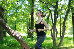 Sport de femme couru en parc extérieur image stock