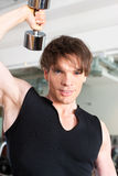 Sport - de mens oefent met barbell in gymnastiek uit Royalty-vrije Stock Afbeelding