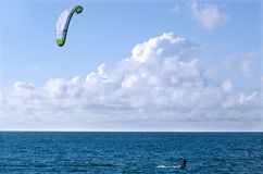 Sport de mer d'embarquement de cerf-volant photos stock