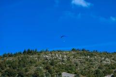 Sport de parapentisme avec des paysages gentils image stock
