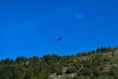 Sport de parapentisme avec des paysages gentils photos libres de droits