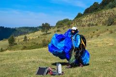 Sport de parapentisme avec des paysages gentils photo libre de droits
