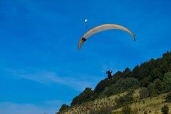 Sport de parapentisme avec des paysages gentils image libre de droits