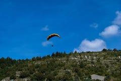 Sport de parapentisme avec des paysages gentils Photo stock