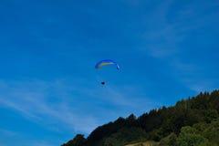 Sport de parapentisme avec des paysages gentils photos stock