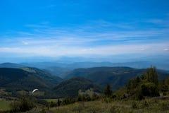 Sport de parapentisme avec des paysages gentils images stock