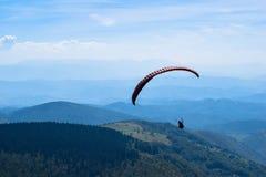 Sport de parapentisme avec des paysages gentils Photographie stock libre de droits