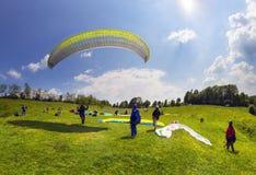 Sport de parapentisme dans le ciel Photos libres de droits