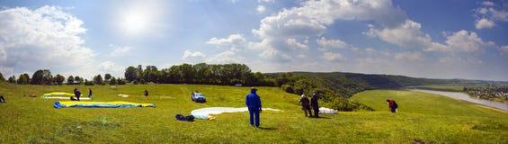 Sport de parapentisme dans le ciel Images stock