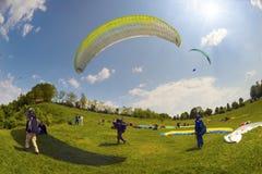 Sport de parapentisme dans le ciel Photographie stock libre de droits