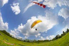 Sport de parapentisme dans le ciel Images libres de droits