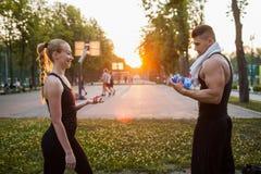 Sport de petite pause formant la boisson extérieure de vitamine Images libres de droits