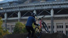 Sport De sprongen van de motie bmx fietser stock video
