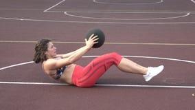 Sport de th?me et un mode de vie sain Jeune femme caucasienne forte dans faire d'exercices de cheveux boucl?s et de tatouage de v banque de vidéos