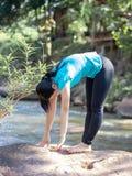 Sport de yoga de femmes en parc image libre de droits