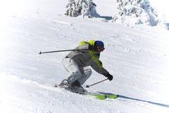 Sport del pattino di inverno. Sciatore in discesa Immagini Stock Libere da Diritti