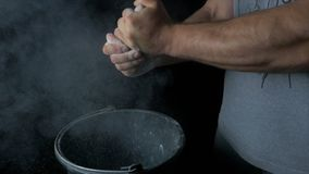 Sport del talco Primo piano di un uomo muscolare pronto all'allenamento mano maschio del powerlifter in talco e nella preparazion Immagini Stock