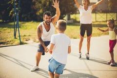 Sport della famiglia, pallacanestro nel cuore fotografie stock