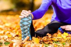 Sport della sportiva che allunga in autunno Fotografie Stock