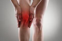 Sport, der Knieverletzung im männlichen Seitentrieb laufen lässt lizenzfreie stockfotos