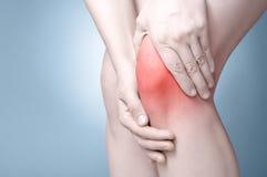 Sport, der Knieverletzung im männlichen Seitentrieb laufen lässt stockbild