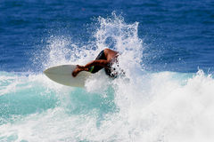 Sport di acqua che praticano il surfing Immagine Stock