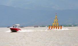 Sport di acqua - piramide di corsa con gli sci di acqua Fotografia Stock Libera da Diritti