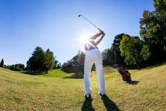 Sport di golf: il giocatore di golf colpisce un tiro dal tratto navigabile Fotografia Stock