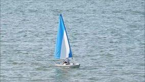 Sport di navigazione della barca a vela sull'oceano archivi video