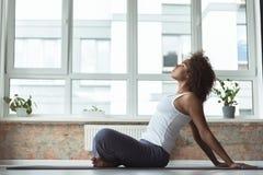 Sport di pratica della donna calma in appartamento Fotografie Stock