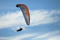 Sport di pratica di estremo di parapendio dell'uomo Fotografie Stock Libere da Diritti