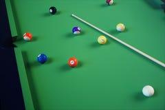 sport di ricreazione dell'illustrazione 3D Palle di biliardo con la stecca sulla tavola di biliardo verde Concetto di sport del b Immagine Stock